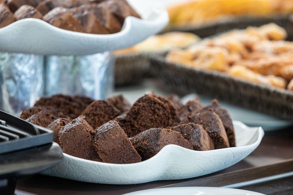 Bolo de chocolate no café da manhã