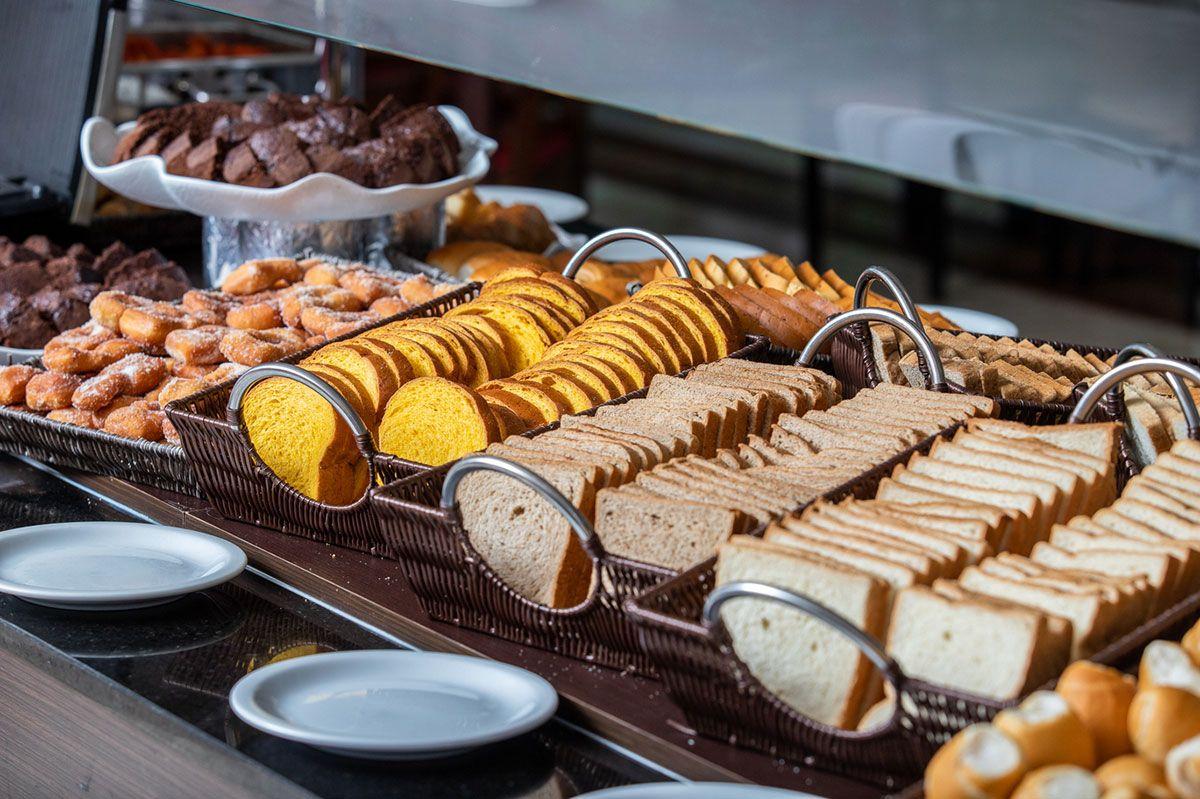 Doces, pães e bolos no café da manhã