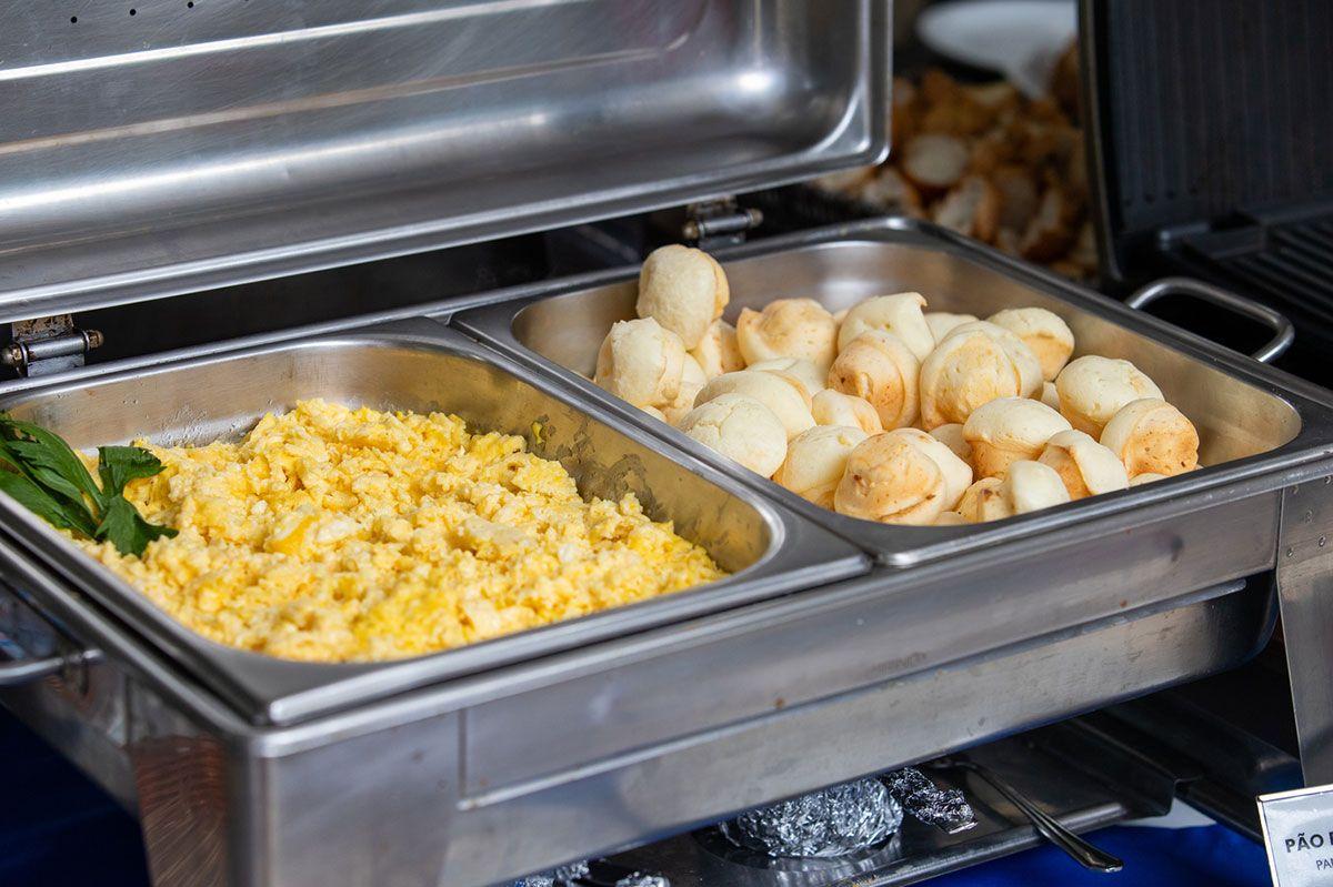 Ovos mexidos e pães de queijo