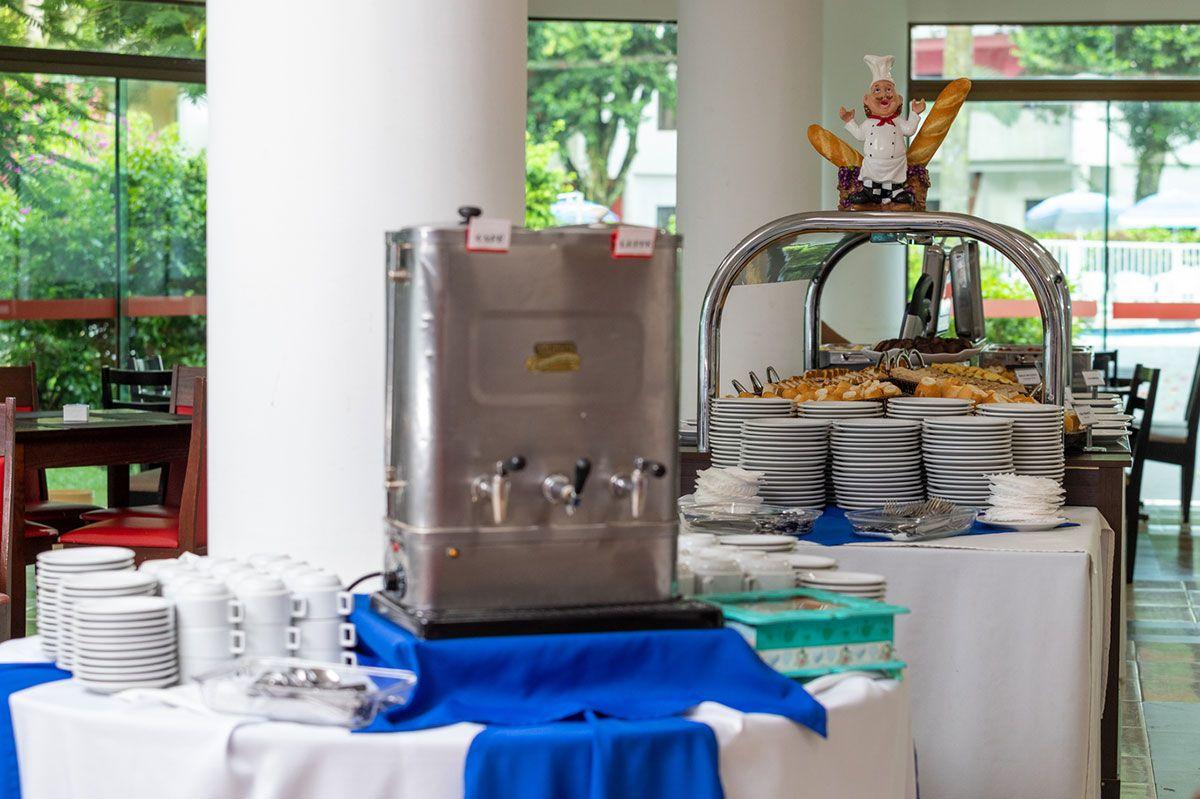 Café da manhã no salão do hotel