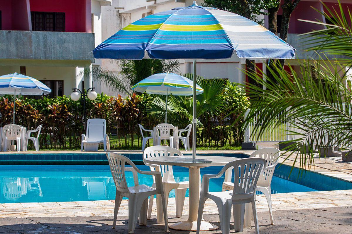Guarda sol e mesas da piscina