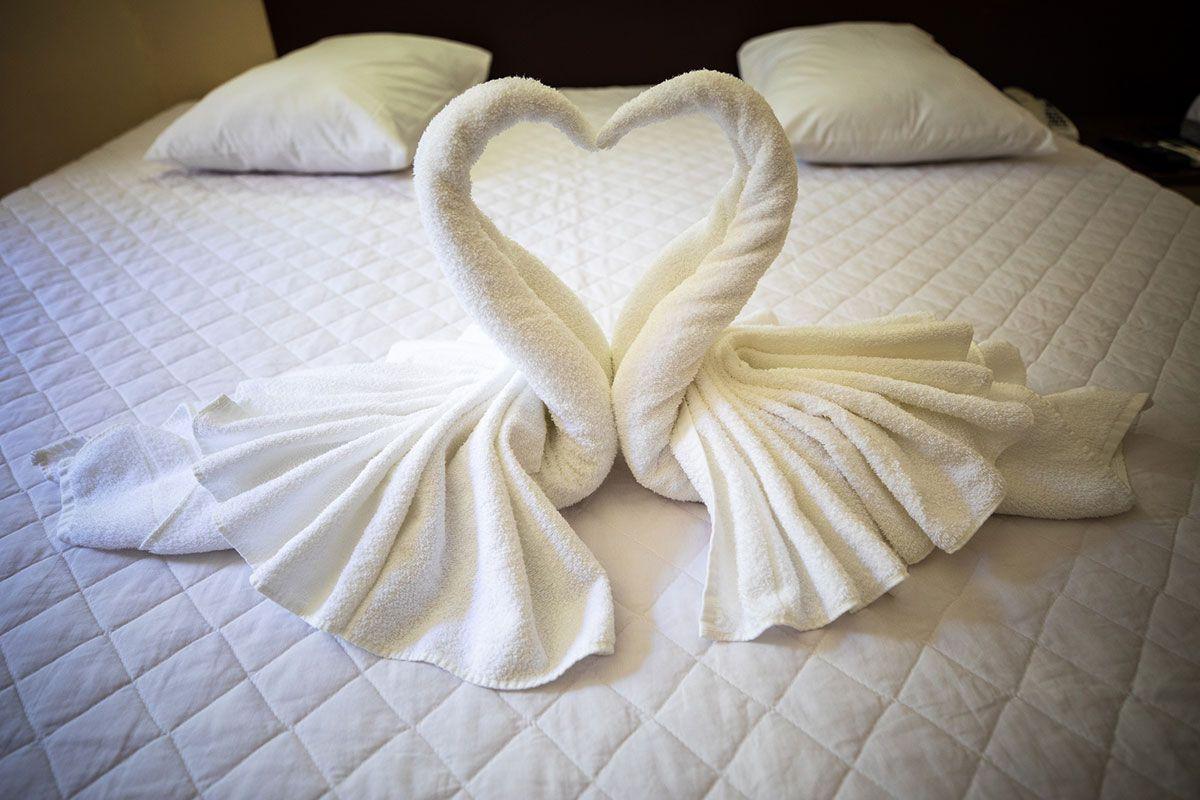 Recepção detalhada nas camas das suítes